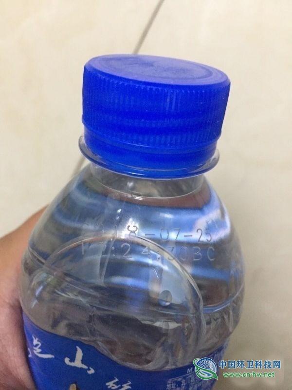 武汉一公司发过期瓶装水慰问环卫工,回应称已召回销毁