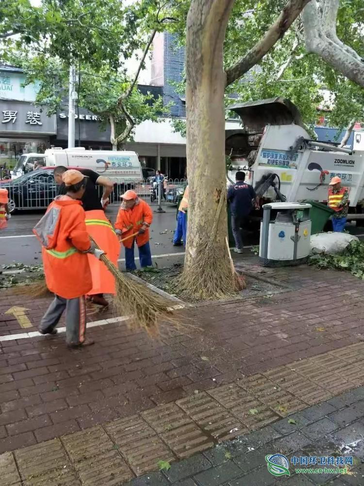 泰安:环卫工人全力保障台风过后城市环境