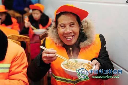 """环卫工人早餐补贴由""""暗""""变""""明"""",哈尔滨市补助达2750万/年"""
