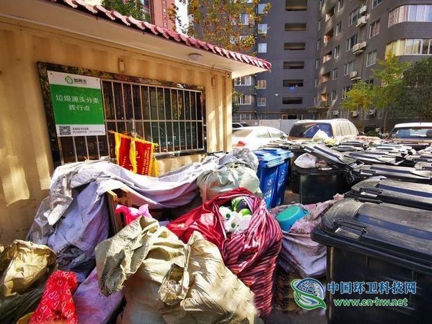 """西安垃圾分类近况:分类垃圾桶成摆设 多数投放仍是""""一锅烩"""""""