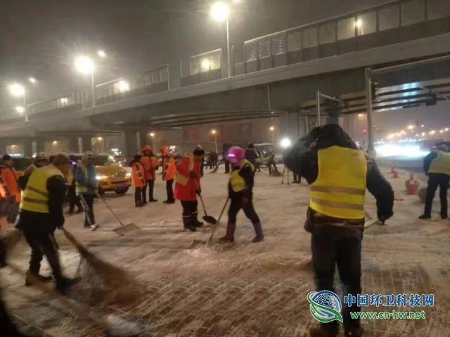 哈尔滨:2万环卫工昼夜清雪,为保今早上班路畅通