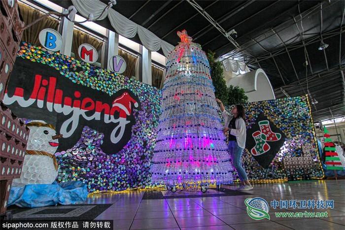 """垃圾变身装饰品 印尼另类""""圣诞树""""惹注目"""