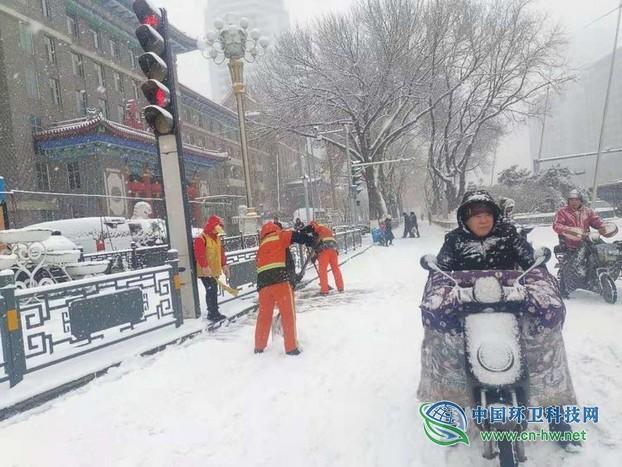 近万名环卫工奋战在太原市清雪除冰第一线