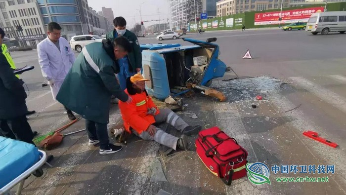 惊险!银川两名环卫工人路口被撞