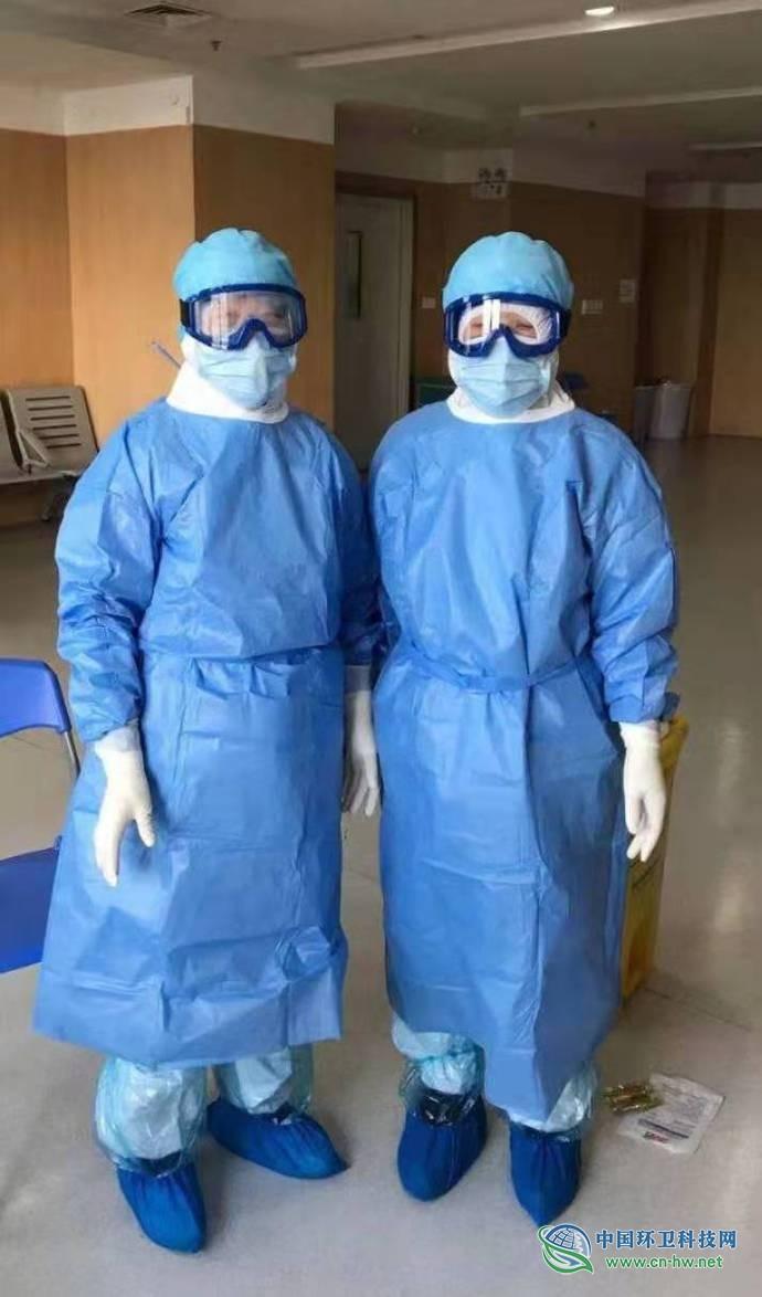武汉病房保洁员每天清理大量医疗垃圾:怕也不会退,撑过去就好了