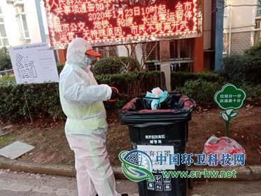 """武汉环卫""""特别""""突击队 每天捡废弃口罩约2万个"""
