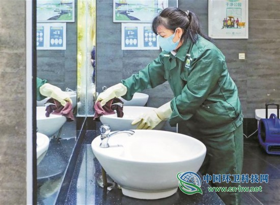深圳市环卫工人呵护城市洁净