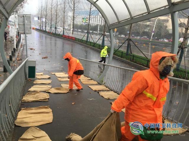 武汉各级城管环卫部门落实融雪防冻措施