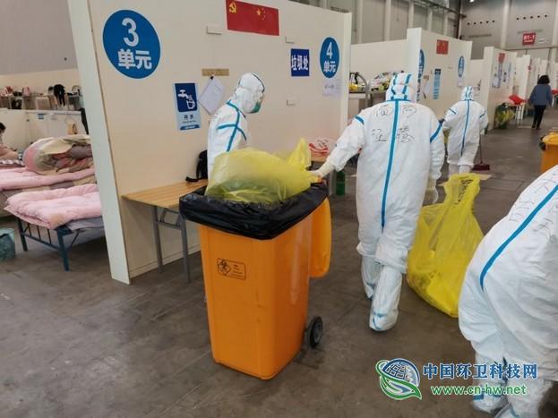 方舱医院里的保洁员:24小时保证舱内洁净,每晚要运出50桶垃圾