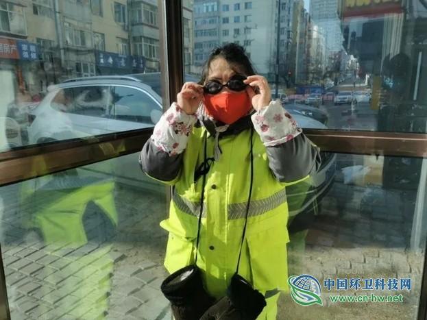 哈尔滨南岗区城管局清扫队长自掏腰包为环卫工人购买替代护目镜