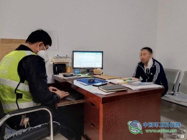 聊城市阳谷县越野车撞伤环卫工后逃逸!