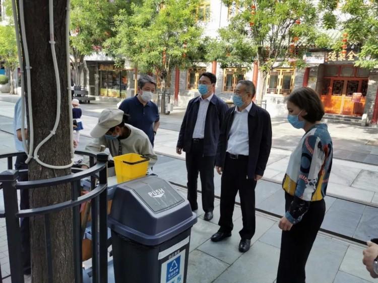 """北京市副市长张家明""""四不两直""""检查指导前门地区垃圾分类工作"""