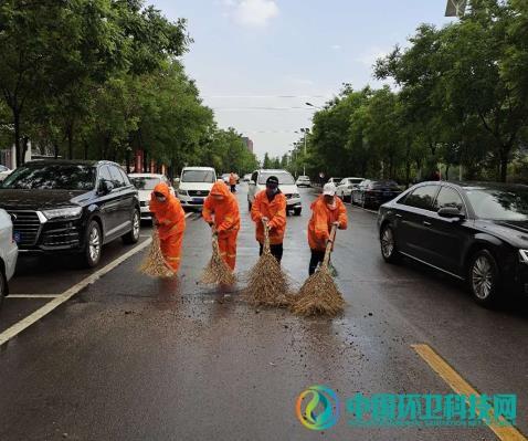 怀来县住建局环卫处及时清理雨后积水淤泥