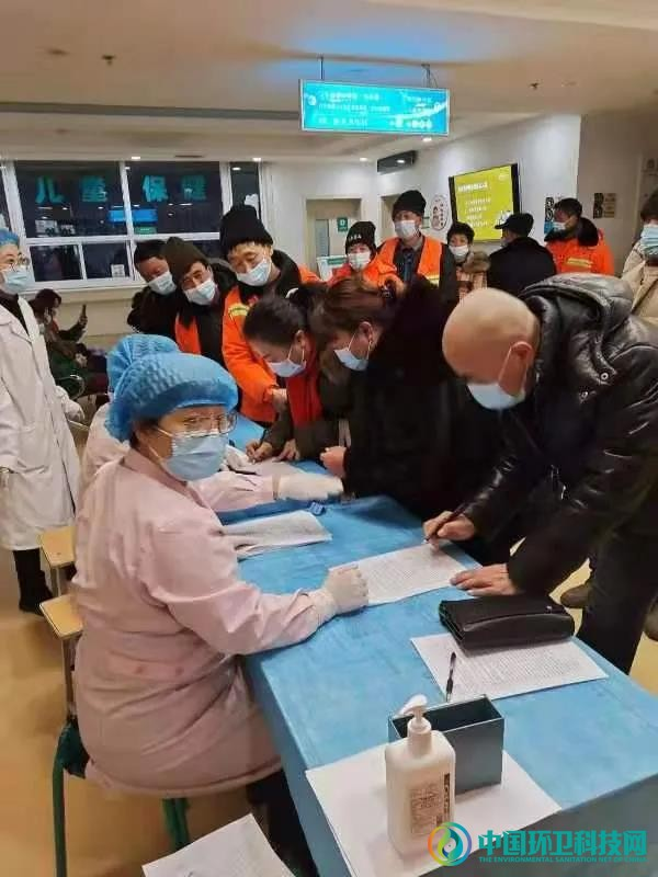 山西太原:环卫工人有序接种新冠疫苗!