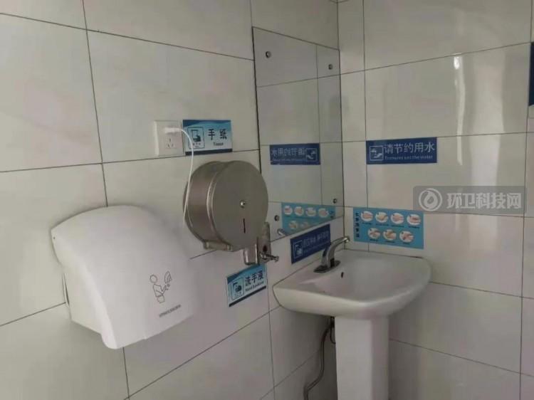 """堪比私家花园!云南省个旧市花甲守厕人打造""""最美公厕"""""""