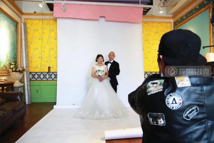 """惊艳!浙江桐乡爱心商家为4对环卫工人量身打造""""迟来的婚纱照"""