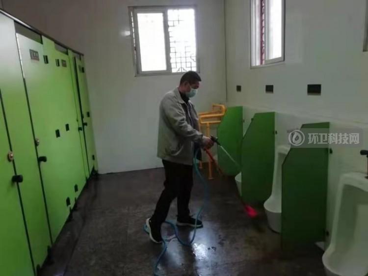 河南省许昌市环卫处清洁队开展降低公厕异味专项整治行动