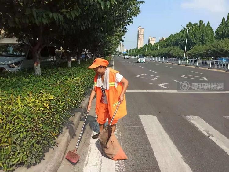 禹州环卫:战高温、斗酷暑 用汗水谱写城市最美乐章