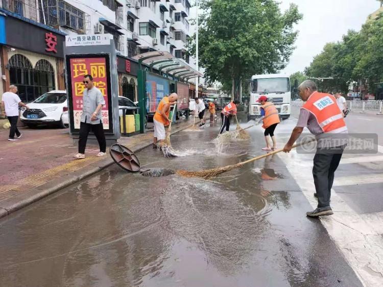 许昌市环卫处全力开展雨后道路清淤工作